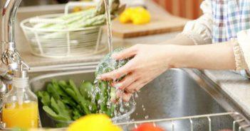 sebzeleri tuzlu suda yıkayın